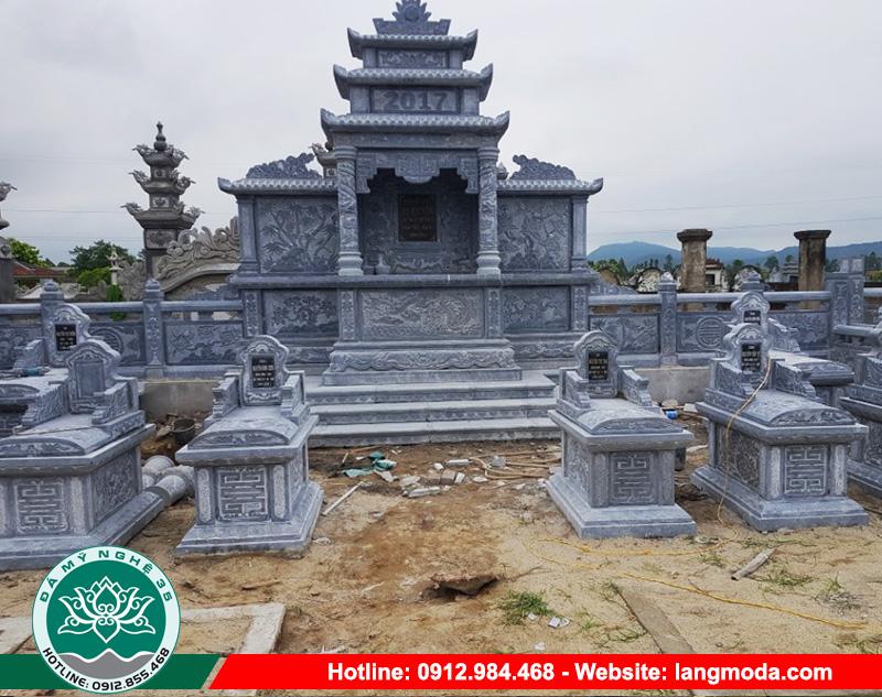 Hình ảnh khu lăng mộ đá với quy mô lớn chứa nhiều mộ của cả một dòng họ