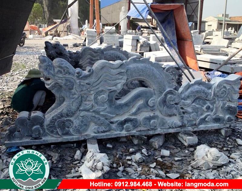 Rồng đá phong thủy được làm từ đá xanh tự nhiên khai thác thủ công tại các mỏ núi đá tại Ninh Bình có đặc tính dễ chạm khắc